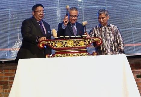 Wan Latiff (centre) together with Dr Sirajuddin (left) and Hanisofian launching Mihas 2019.  u2014 IZZRAFIQ ALIAS/The Star
