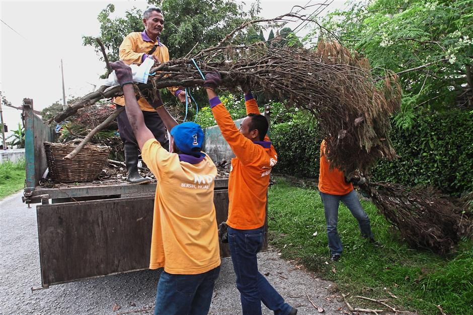 Council workers collected garden refuse, took down illegal ads, and cleared dumpsites during the gotong royong.