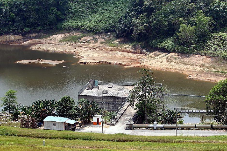 Going down: The Kelinchi dam near Kuala Pilah where the water level is said to be reaching critical level. — KAMARUL ARRIFIN / The Star