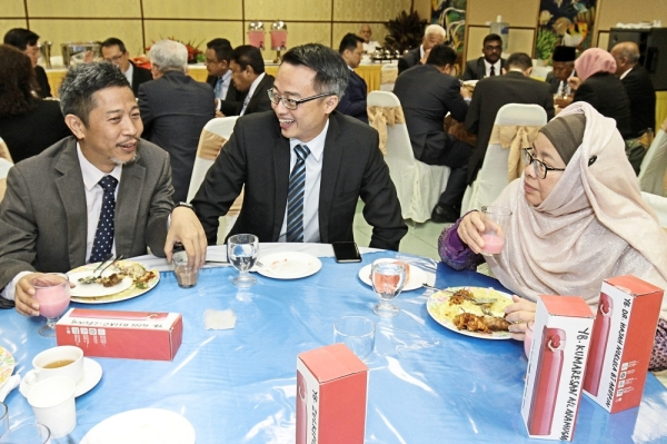 (From left) Gooi Hsiao Leung (Bukit Tengah), Lee Khai Loon (Machang Bubuk) and Dr Norela Ariffin (Penanti) having a discussion during a state assembly tea break.