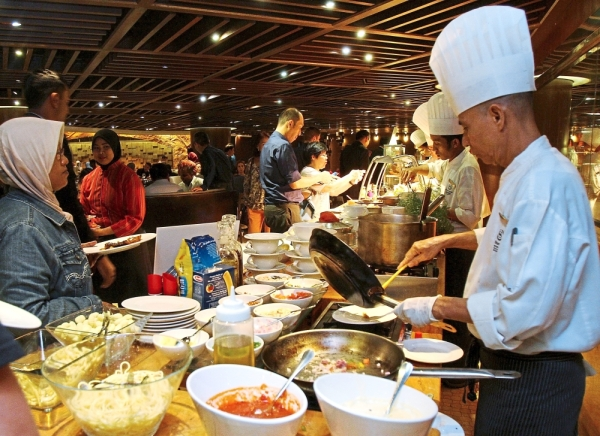 Villa Danieliu2019s action station serves pasta a la minute with sauces such as tomato, cream and pesto. u2014 Photos: AZLINA ABDULLAH/The Star
