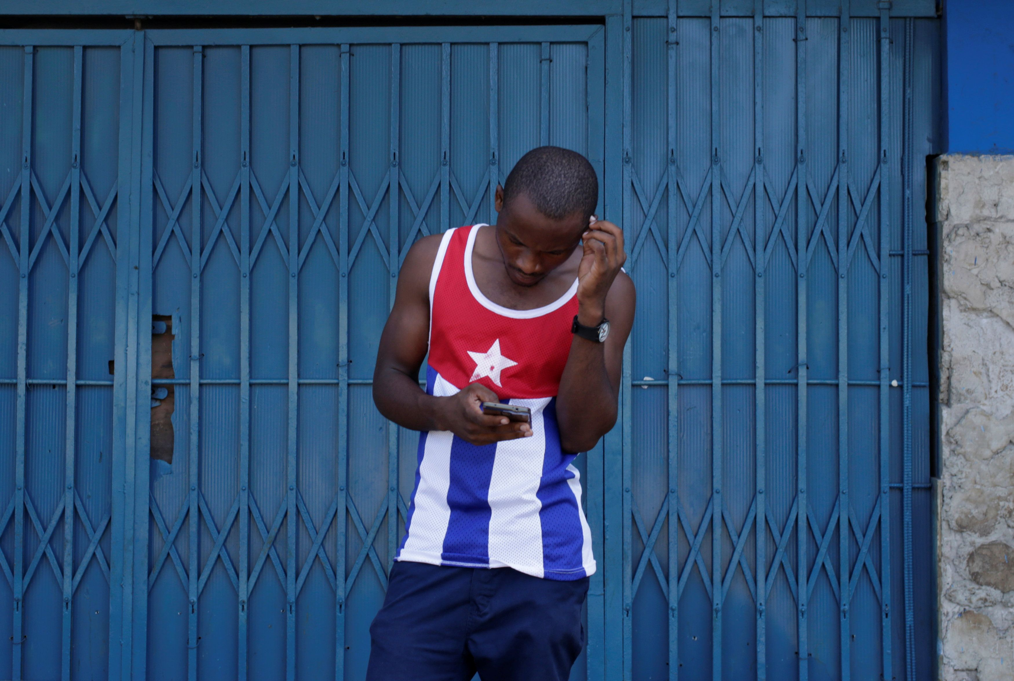 A man uses the internet via public Wi-Fi in Havana, Cuba, September 5, 2016. REUTERS/Enrique de la Osa     TPX IMAGES OF THE DAY