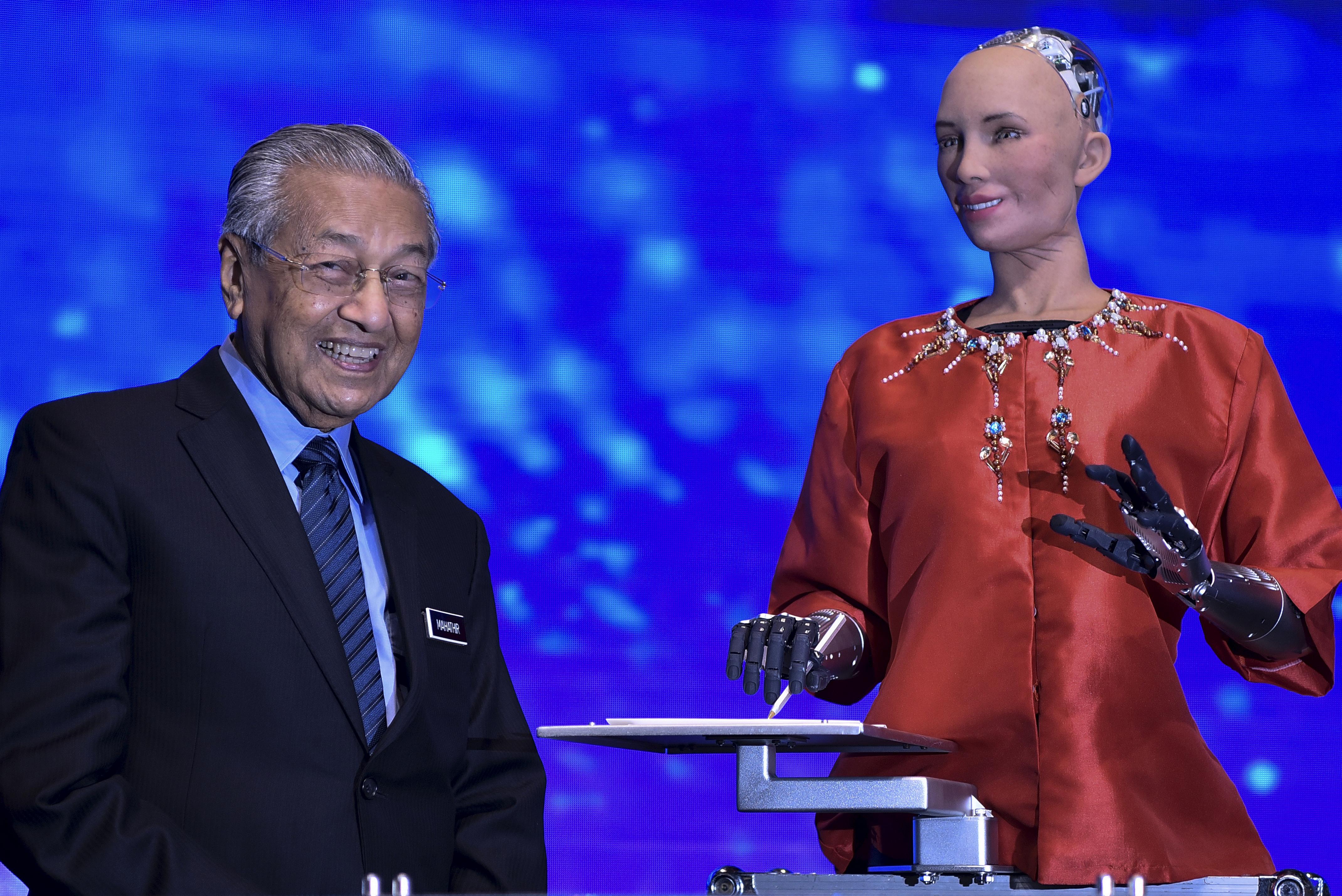 Dr Mahathir tongue-tied? Yes, when he met Sophia the 'social