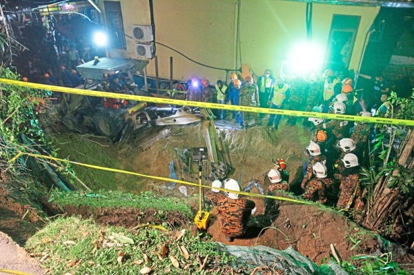 Fire and rescue personnel searching for the four foreign workers buried alive after a retaining wall collapsed while under construction at a resort in Jalan Batu Ferringhi, Penang. u2014 Photo: CHAN BOON KAI/The Star