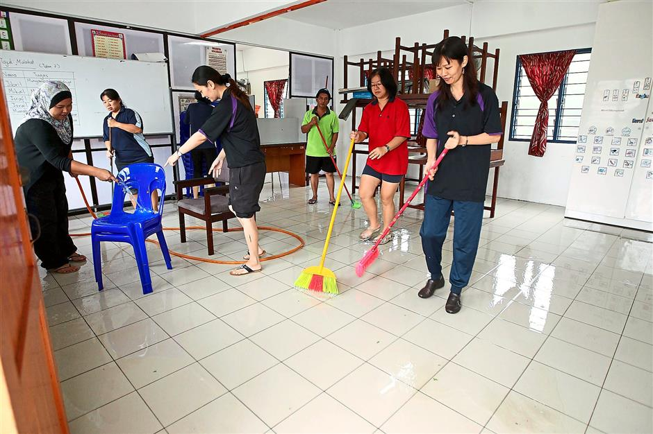 SJK CHUNG HUA TEACHERS CLEANING CLASS ROOM AFTER FLOODED THIS MORNING. ZULAZHAR SHEBLEE / THE STAR