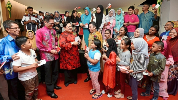 Pek (in pink batik shirt) and The Store ambassador Adibah Noor (in red baju kurung) with other management members and MyKasih recipients at Market Place by The Store in Sungai Buloh after the presentation ceremony.