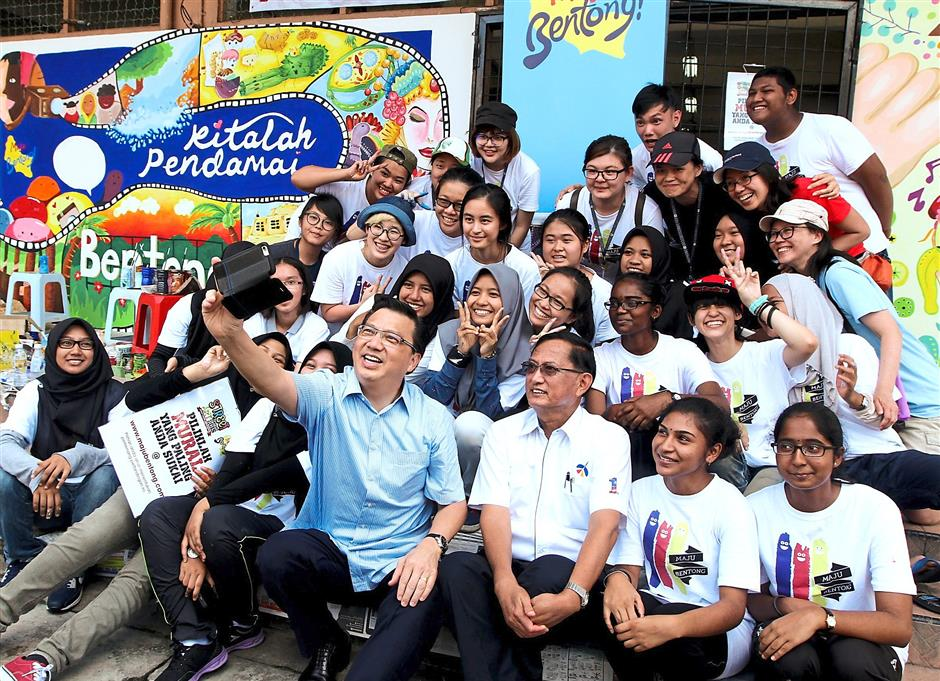 Say u2018Cheeseu2019: Liow taking a wefie with Hoh and the teams that will be painting a mural at the wet market for Street ArtBentong.