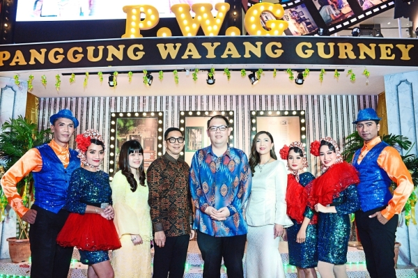 (From third left) Gurney Plaza marketing communications manager Wong Shu Ying, Chan, Lee and Ng posing with dancers during the launch of the festivities.