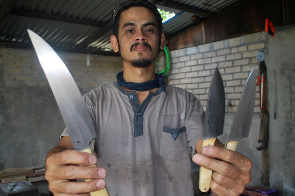 Cutting-edge tutorials: Blacksmith hones knife-making skills