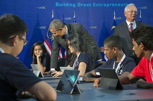 US President Barack Obama talks with students as he and Malaysia's Prime Minister Najib Razak tour the Malaysian Global Innovation & Creativity Centre in Cyberjaya, outside Kuala Lumpur on April 27, 2014. - AFP
