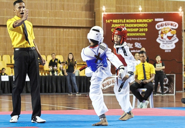 (Far left) The final bout of the Boy's Bantam category saw Amsyar Hadi and Kavinesh in action.