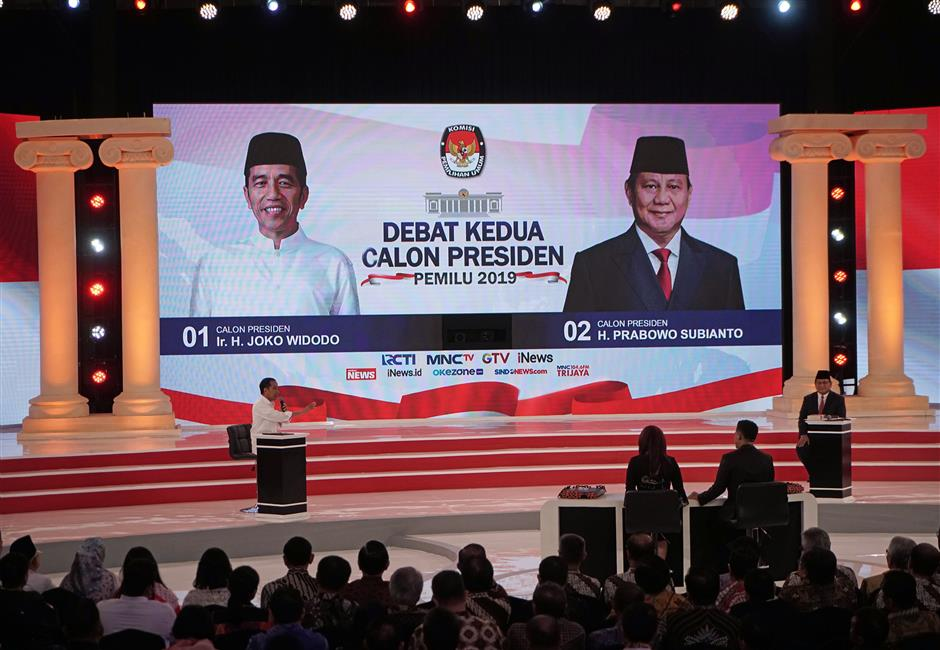 Joko Widodo, Indonesia's president, left, gestures toward Prabowo Subianto, presidential candidate, during a second presidential debate in Jakarta, Indonesia, on Sunday, Feb. 17, 2019. Widodo and challenger Subianto will face off in a second election debate on Sunday that will see the two candidates drill down into their policies on energy, food and infrastructure. Photographer: Dimas Ardian/Bloomberg
