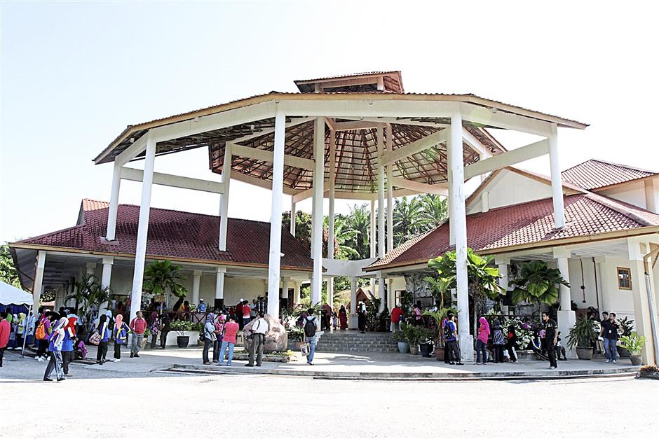 iplbones150214 5...Members of the public thronging the Lenggong Valley Archaeological Gallery on the first day the actual remains of Perak Man was opened for public viewing on Feb 15.
