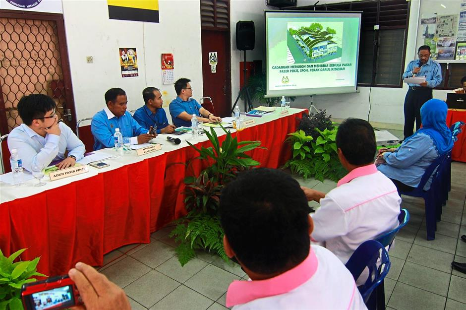 Mohd Zakuan (second from left), Lee and other council members being briefed on the redevelopment plan.