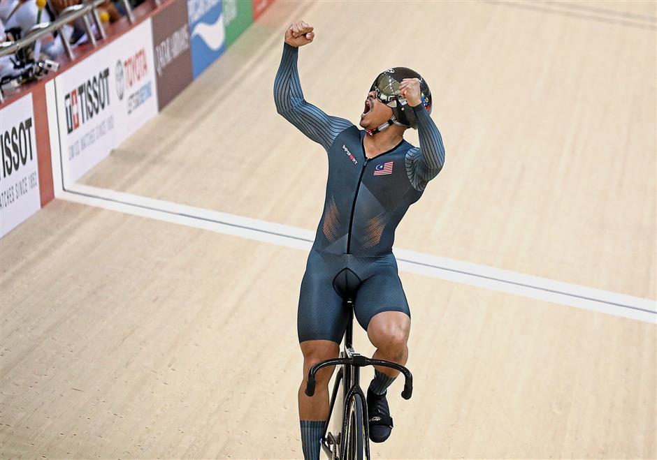 Malaysiau2019s Azizulhasni Awang react during compete with Japanu2019s Fukaya Tomohiro in the menu2019s sprint finals during Asian Games 2018 at Jakarta International Velodrome, Jakarta. FAIHAN GHANI/The Star.