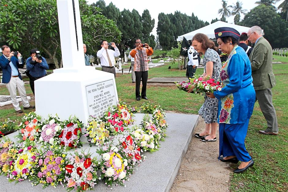 1 Locals, foreign servicemen and war veterans laying wreaths for the fallen heroes during the annual Remembrance Day at God's Little Acre Cemetery in Batu Gajah.2 Pipers performing a lament piece as guests place wreaths.3 ACP Sum placing a wreath.Photos: RONNIE CHIN
