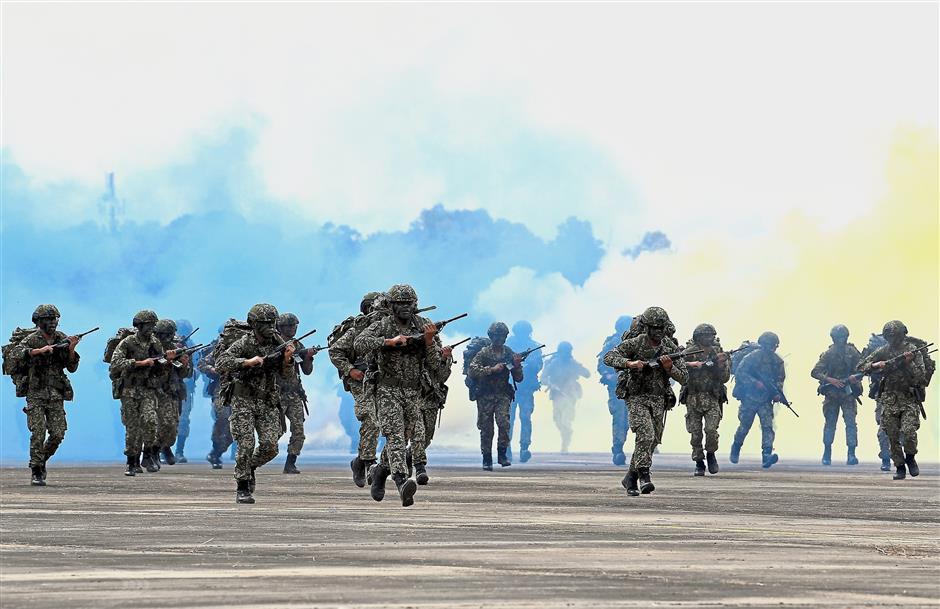 KUALA NERUS, 22 Feb -- Anggota 18 Rejimen Askar Melayu Diraja (RAMD) Briged Para pada Upacara Pengisytiharan Pengoperasian 18 Rejimen Askar Melayu Diraja (RAMD) Briged Para di Lapangan Terbang Sultan Mahmud (LTSM) hari ini.Majlis tersebut disempurnkan oleh Panglima Tentera Darat (PTD) Jeneral Tan Sri Zulkiple Kassim.18 RAMD adalah batalion standard yang ditubuhkan pada 1 Mei 1976 dan telah distruktur semula untuk dijadikan Batalion Infantri (Para) pada 11 Mei 2015.--fotoBERNAMA (2018) HAK CIPTA TERPELIHARA