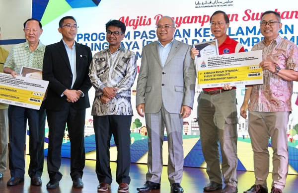 (From left) Lee, MBPJ Enforcement Department director Mohd Fauzi Maarop, PJ deputy mayor Johary Anuar, Mohd Sayuthi, Tee and MBPJ councillor Billy Wong during the presentation. u2014 LOW BOON TAT/The Star