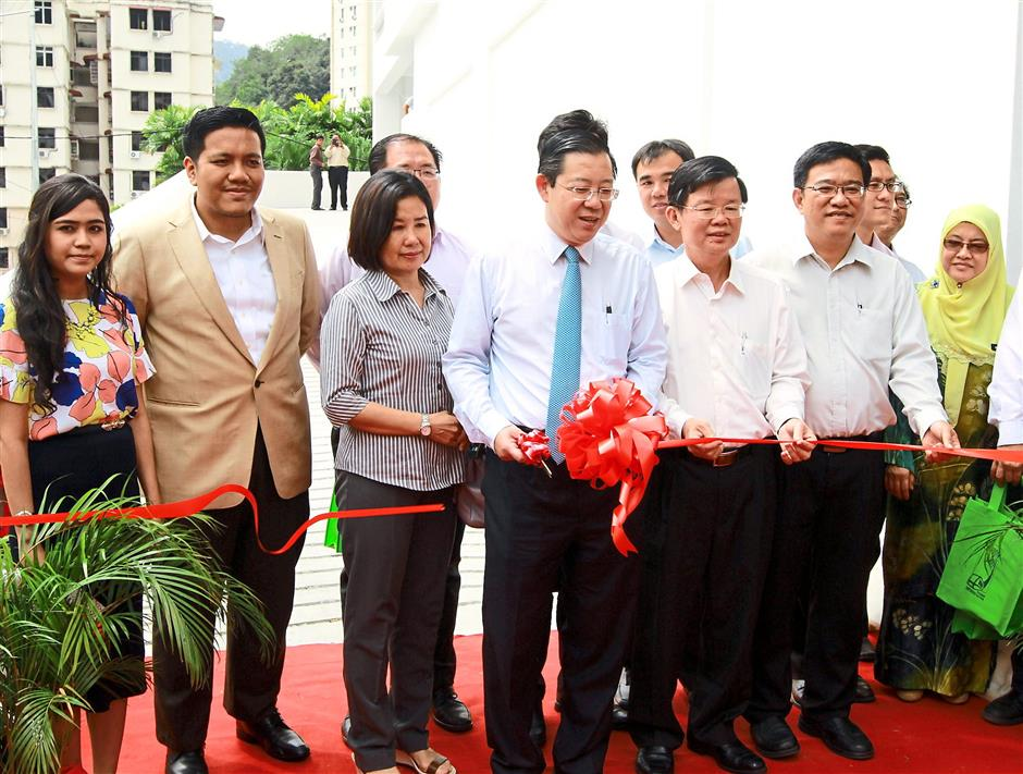 Chief Minister Lim Guan Eng (centre, in blue tie), his wife Betty Chew (third left) and other VIPs opening the Penang Hill multi-storey car park. (CHARLES MARIASOOSAY/ The Star/19/Jan/2015)