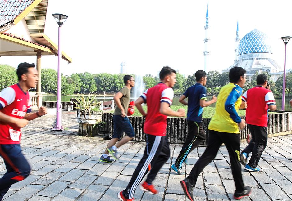 For a good cause: Participants in the annual 'Be a Gunner Be a Runner' event running around Taman Tasik Shah Alam.