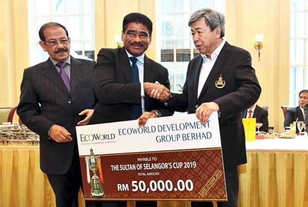 Eco World Development Group Bhd deputy president and deputy chief executive officer Datuk S. Sundarajoo (centre) presenting the company's sponsorship to Sultan Sharafuddin with Abdul Karim.