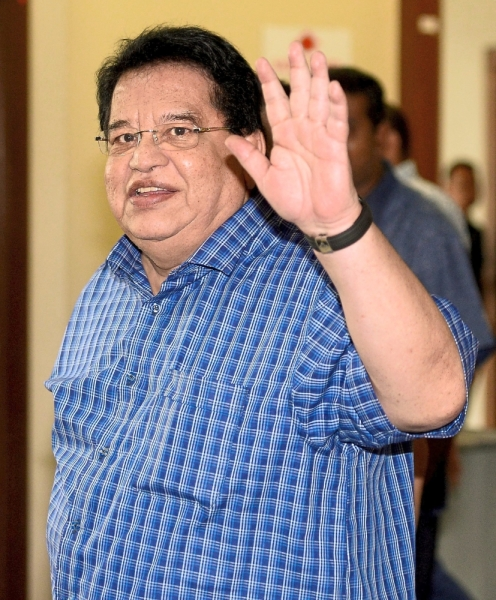 In cheerful mood: Tengku Adnan waving to his supporters and reporters at the Kuala Lumpur High Court. Inset: Nik Yahaya