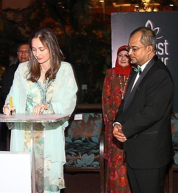 Raja Permaisuri Perak Tuanku Zara Salim (left) signed a plaque to officiate the event. With her is State Agricultural Development Corporation of Perak (SADC) chief executive officer Datuk Ahmad Rizal Abdul Rahman (centre) and ForestSecret Malaysia chief executive officer Intan Hyriatee Mohd Zawai (right)