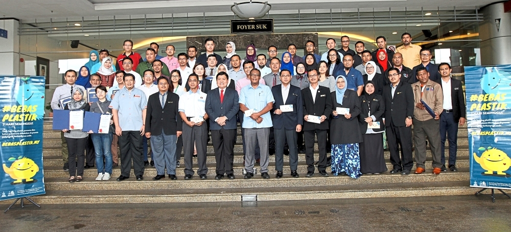 Hee (front row, sixth from left) with some of the Plastic-free Campaign Award winners comprising local authorities and business operators in Selangor.