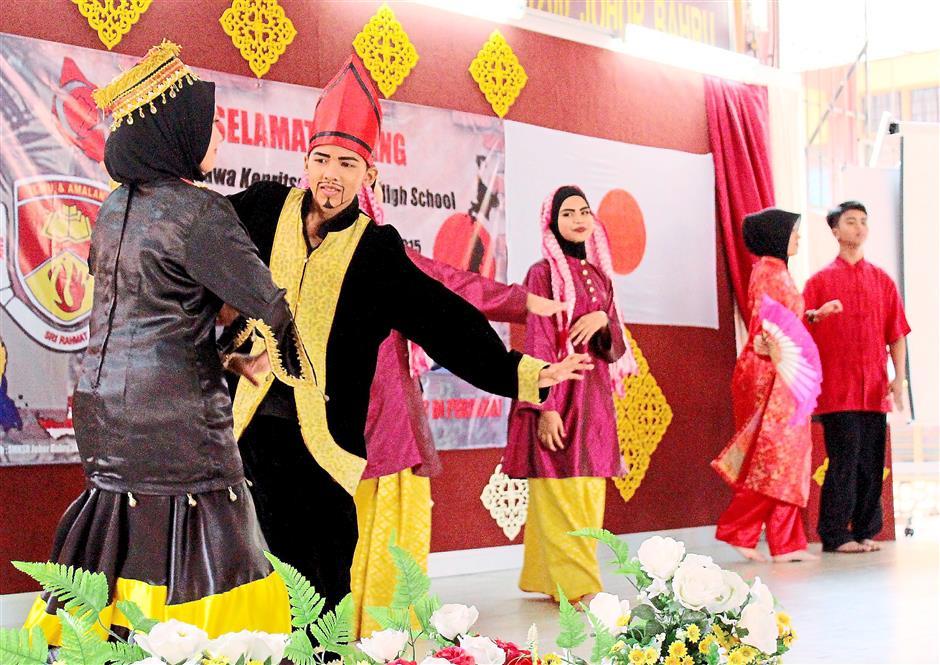 Showcase: SMK Sri Rahmat students performing their cultural performances of 1Malaysia dance at the Internationalisation programme. – Photos by NORBAITI PHAHARORADZI