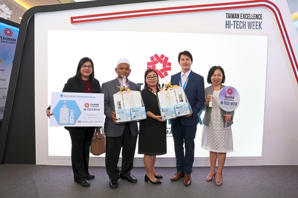 (From left) Ooi, Mesni, Tang, Chen and Hsiao at the Taiwan Excellence Hi-Tech Week, Plaza Low Yat, Kuala Lumpur.