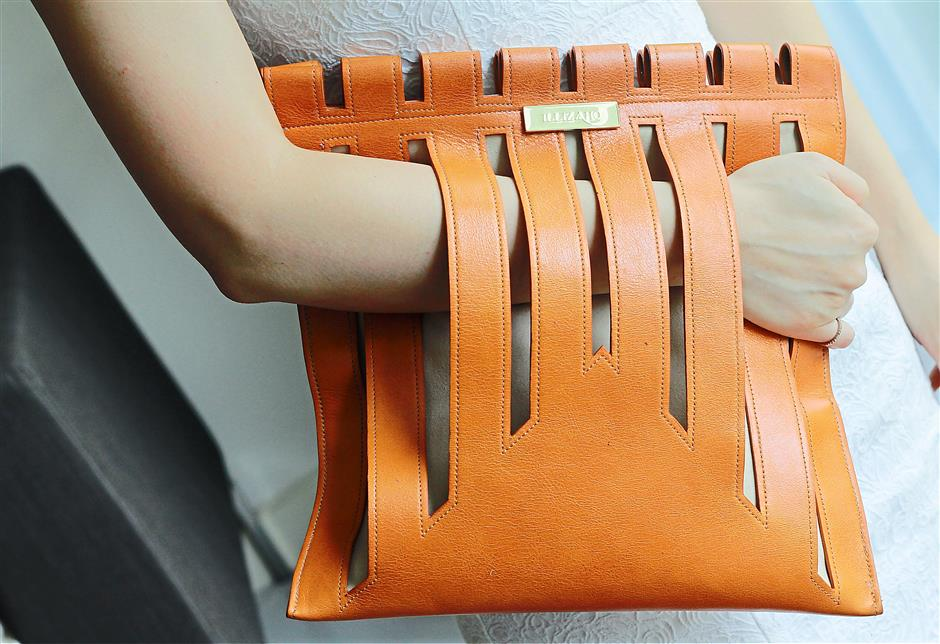 The dark orange stripe bag in calf leather from the Illiza Ho Spring/Summer 2015 collection.
