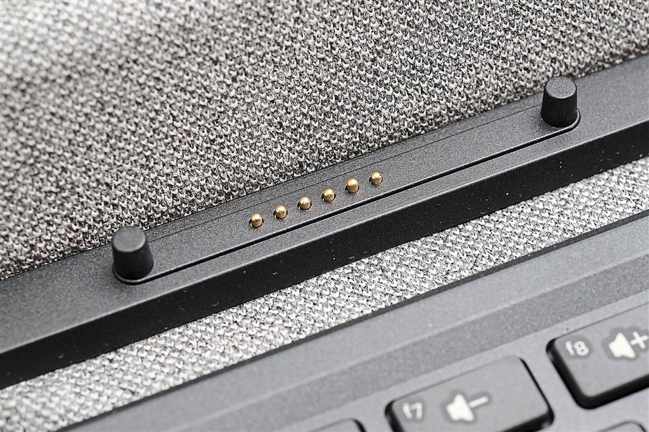 Contact point for connecting the tablet with the detachable keyboard for Pavilion x2.
