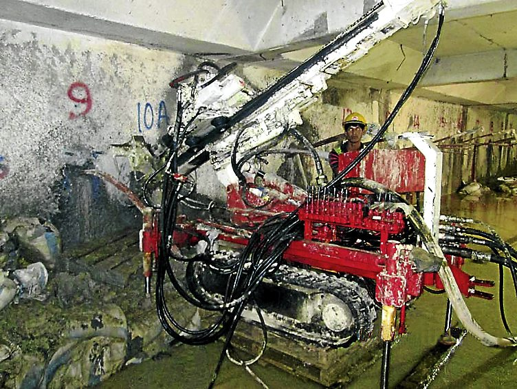 PLACE PIX 14d INSET INTO THIS PIX, SHARING CAPTION: Compared to conventional ground anchor drills -- which are at least 5m tall (see inset pic) -- this miniature rig from Beretta fits nicely in places with headroom as low as 1.7m.