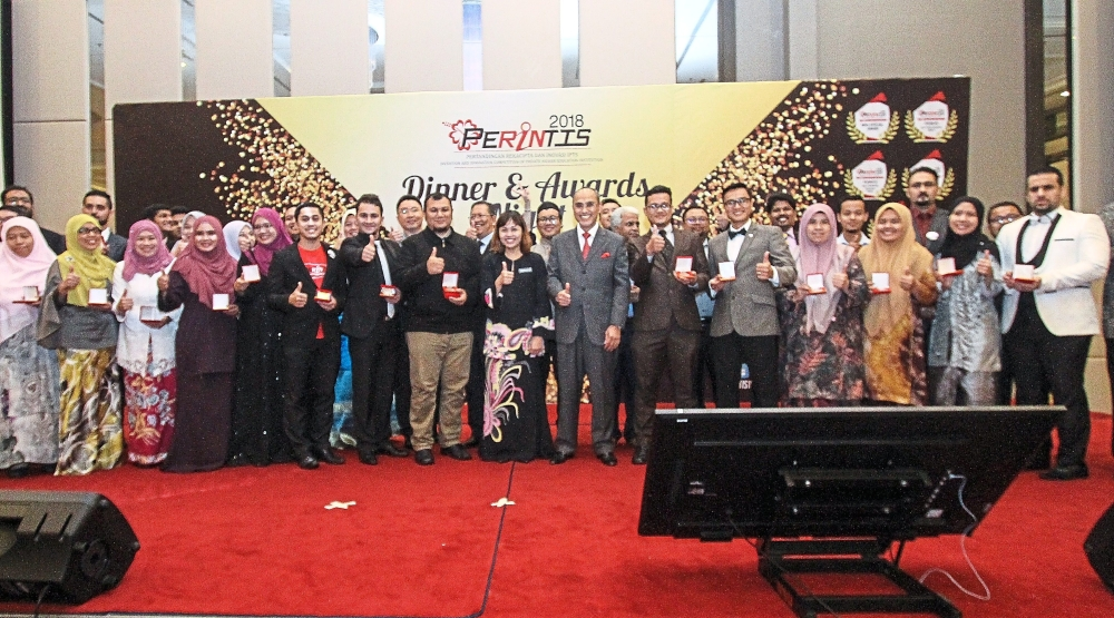 Teo (centre, in black batik outfit) and MSU president Prof Tan Sri Dr Mohd Shukri Ab Yajid (in all-grey suit and red tie) with the gold medal award winners of Perintis 2018. — Photos: MUHAMAD SHAHRIL ROSLI/The Star