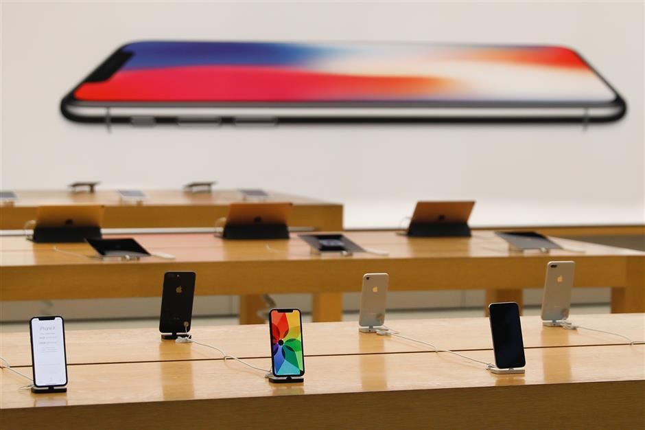 Some floor model iPhone Xs are seen inside the the Apple Store Union Square prior to the store\'s opening on November 3, 2017, in San Francisco, California. Apple\'s flagship iPhone X hits stores around the world as the company predicts bumper sales despite the handset\'s eye-watering price tag, and celebrates a surge in profits. / AFP PHOTO / Elijah Nouvelage