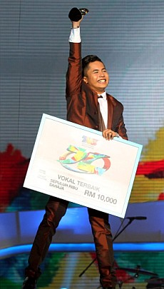 Always a champion: For the third consecutive year, Hafiz Suip won best vocals at the awards. u2014 IZZRAFIQ ALIAS/The Star.