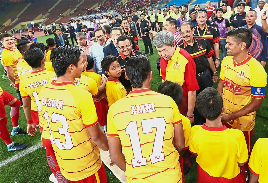 Sultan Sharafuddin (third right), Abd Karim (second right) and the guests of honour meeting with the Selangor selection players before the start of the match.