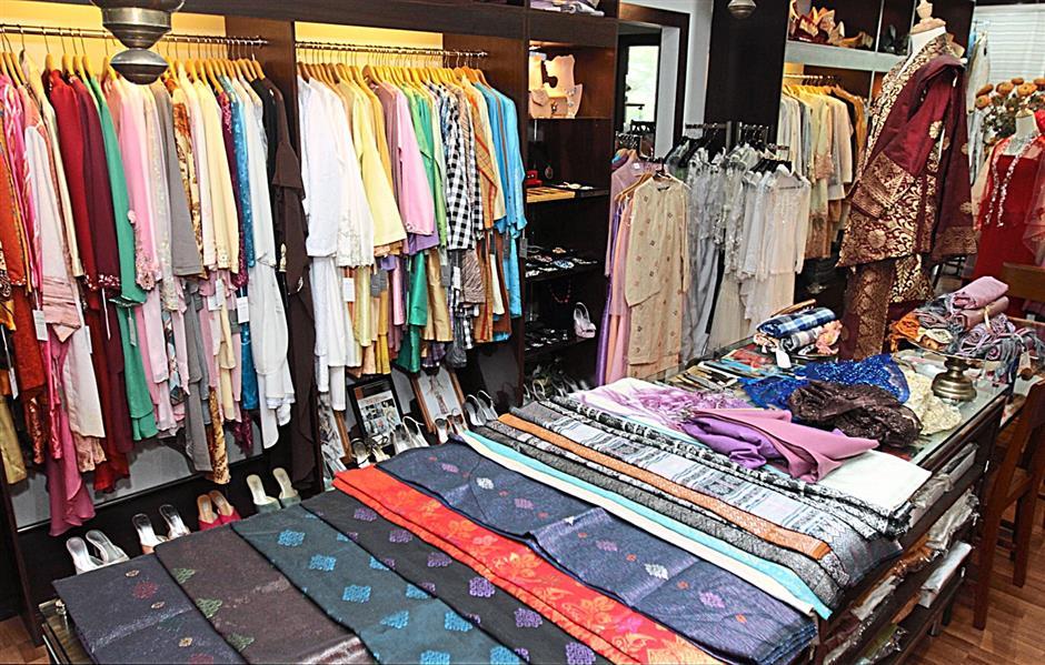 Salikin has a wide collection of traditional costumes from baju kurong, kebaya, baju kedah and baju Melayu for mens wear.
