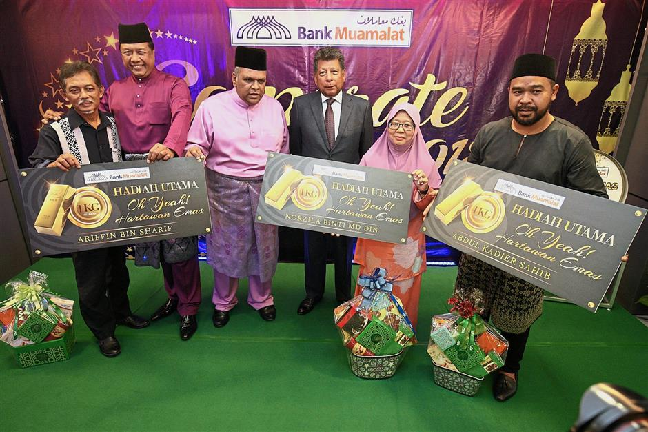 (From second left) Razif, Mohd Redza and Mohd Munir with grand prize winners (from left) Ariffin, Norzila, and Mohd Azizi who represented Abdul Kadier at the Oh Yeah Hartawan Emas prize-giving ceremony.