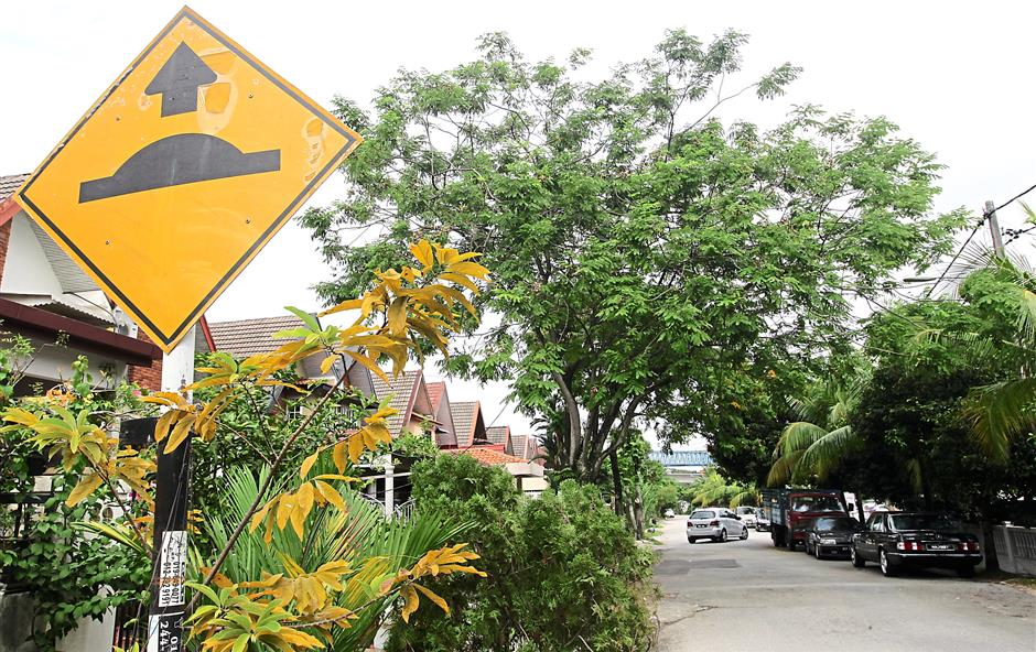 According to MPSJ standard, there must be a a signage to indicate oncoming speed breakers.