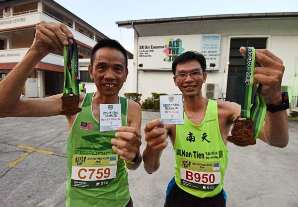 Men Senior Veteran and Men Open category winners Chee Wee Man (left) and Wong Khai Kiang showing off their medals.
