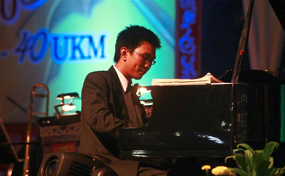 Tuanku Muhriz Tuanku Munawir's second son Tunku Zain Al-Abidin treating guests to a special performance on the piano at ?UKM's royal concert ?during its 40th anniversary celebrations. — CHAN TAK KONG/The Star
