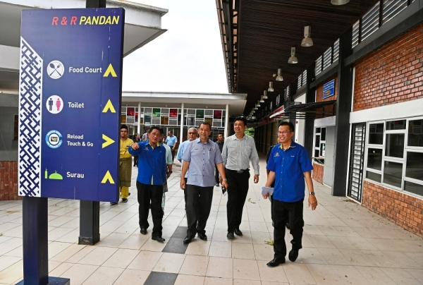 Solihan (second, left) with Johor JKR director Mohamad Salleh Abu Bakar (left) during a site visit to the Pandan R&R. u2013 Bernama