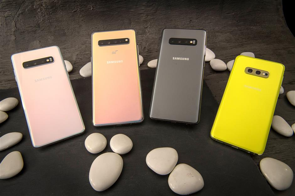 Samsung Electronics Co. S10, from left, S10 5G, S10+ and S10e smartphones are arranged for a photograph ahead of the Samsung Unpacked product launch event in San Francisco, California, U.S., on Tuesday, Feb. 19, 2019. Samsung debuted its most extensive new lineup of smartphones, taking on Apple Inc. amid a slowing market with new low-end and premium models, 3-D cameras, an in-screen fingerprint scanner and faster 5G connectivity. Photographer: David Paul Morris/Bloomberg