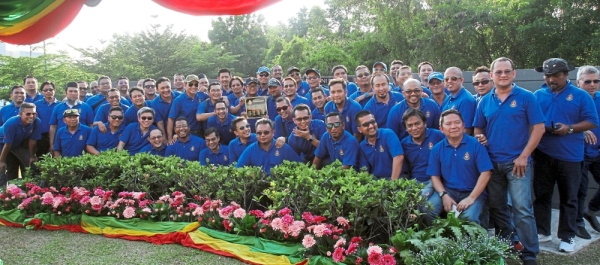 The RMC graduates of 1987 gathering for a photo after the plaque-laying ceremony at the alumni park. u2014 Photos: SHAARI CHE MAT/The Star