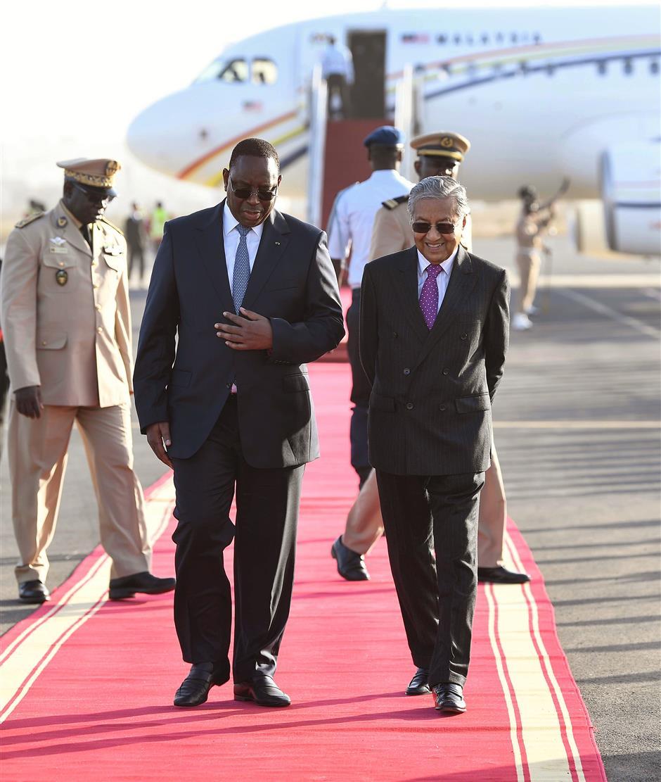 Meeting of leaders: Dr Mahathir and Sall having a chat upon his arrival at the Leopold Sedar Senghor Airport in Dakar, Senegal. u2014 Bernama