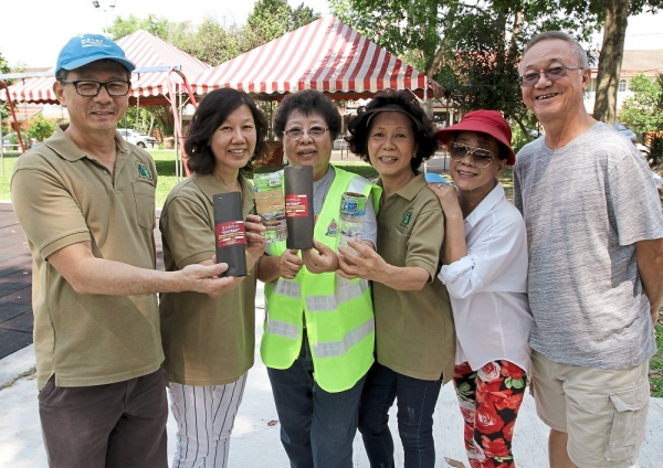 Thong (third from left) said the traps would be a good way to eradicate dengue in housing areas, adding that the strategy would be extended to Search and Destroy Aedes Rangers (Sedar) teams for implementation.