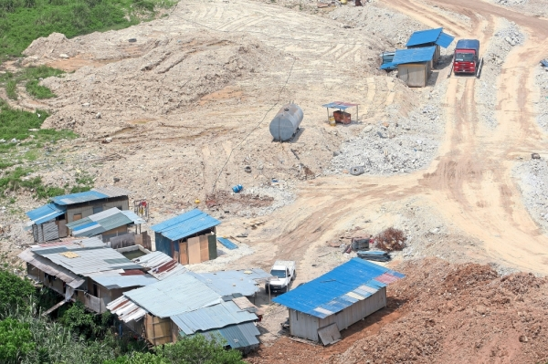 Buildings at the site where illegal sand washing is taking place.