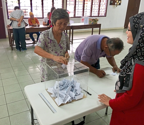 City folk casting their ballot to determine the status of the 60-year-old Pasir Pinji market in Ipoh.