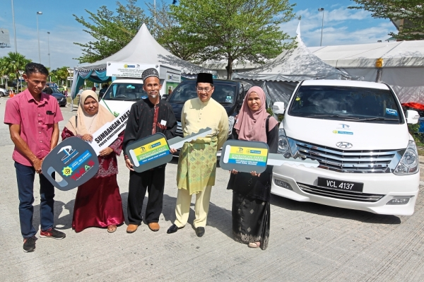 Mohammad Azlan (second from right) with zakat recipients at the Hari Raya Aidilfitri open house. u2014 KAMARUL ARIFFIN/The Star